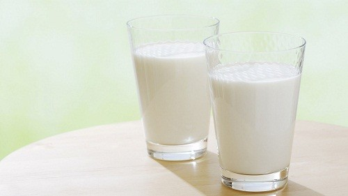 Những người bị suy thận nên hạn chế uống sữa vì sữa có chứa lượng kali cao.