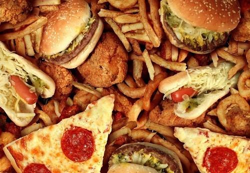 Người bị suy thận cũng nên hạn chế ăn đồ ăn nhanh và thực phẩm chế biến sẵn.