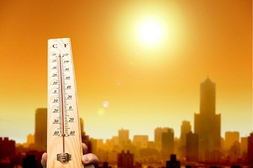 Khi thời tiết nắng nóng, người bệnh tăng huyết áp không nên hoạt động nhiều ngoài trời, nhất là buổi giữa trưa để đề phòng giãn mạch quá mức dẫn đến tụt huyết áp.