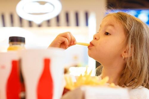 Coca cola, kẹo, khoai tây chiên, thực phẩm chiên phồng, socola, gà rán, các loại đồ ngọt có ga đều là những món ăn vặt có năng lượng cao.