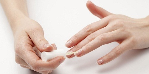 Thuốc được bôi vào móng tay hoặc lớp biểu bì ở móng tay hàng ngày.