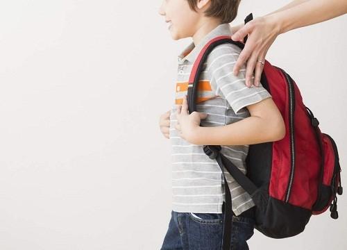 Trẻ em cũng có nguy cơ bị đau lưng do đeo ba lô quá nặng.