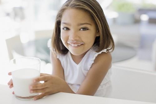 Sữa bò là thủ phạm chính gây dị ứng thức ăn ở trẻ nhỏ.