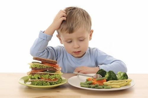 Không có một độ tuổi chính xác nào mà tại thời điểm đó trẻ em có thể thử ăn các loại thực phẩm có nguy cơ gây dị ứng cao như sữa, trứng và lạc.