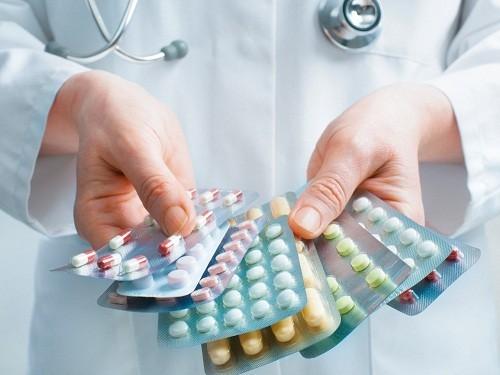 Sử dụng thuốc kháng sinh là cách điều trị viêm đường tiết niệu được áp dụng đầu tiên.