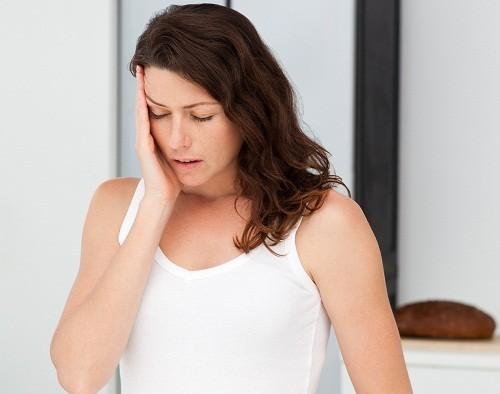 Mệt mỏi, vàng da, khô miệng, sưng ở vùng bụng trên có thể là những triệu chứng của xơ gan giai đoạn 1.