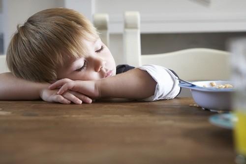 Ở giai đoạn đầu của xơ gan, trẻ có thể sẽ cảm thấy mệt mỏi và yếu ớt.