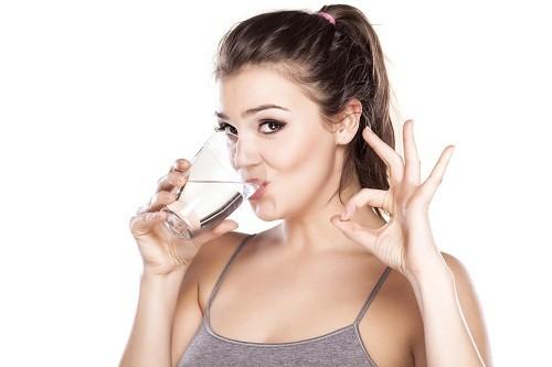 Chứng khô mắt có thể được cải thiện đáng kể bằng cách uống nhiều nước.