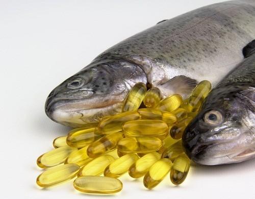 Dầu cá và các loại cá nước lạnh như cá hồi, cá bơn, cá mòi, cá ngừ rất giàu axit béo omega – 3.