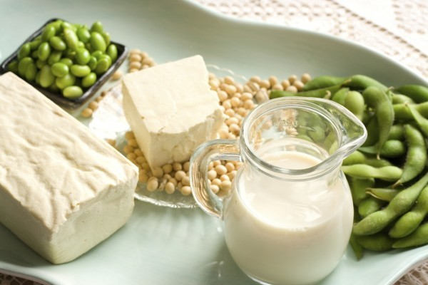 Nếu bị suy tuyến giáp, cần hạn chế tiêu thụ các sản phẩm được chế biến từ đậu nành không lên men như sữa đậu nành, đậu hũ.