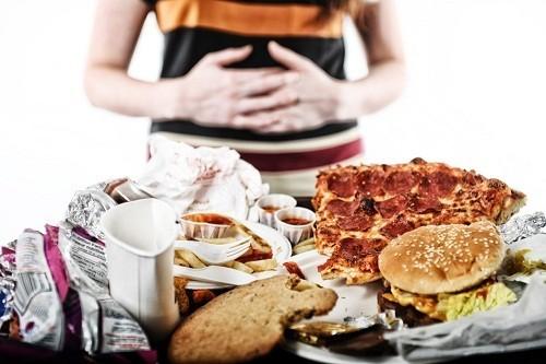 Ăn quá no và mặc quần áo bó chặt có thể gây ra hoặc trầm trọng thêm các triệu chứng của chứng trào ngược dạ dày – thực quản.