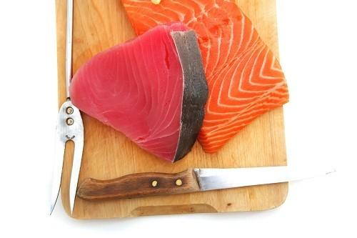 Dầu trong cá hồi, cá ngừ và các loại cá béo khác giúp chống viêm, giảm ngứa, đỏ do vẩy nến.