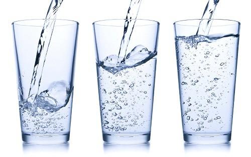 Để giảm bớt các triệu chứng khó chịu, người bệnh có thể uống nhiều nước.
