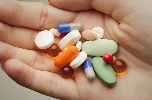 Thuốc kháng sinh và thuốc giảm đau như aspirin, penicillin và ibuprofen có thể gây ra những phản ứng như nổi mề đay và sưng ở một số người.