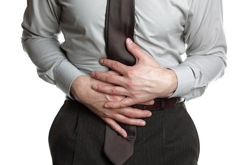 Triệu chứng ngộ của ngộ độc thực phẩm do nhiễm khuẩn E. Coli nhìn chung không có nhiều khác biệt nhưng người bệnh có khả nguy cơ cao bị tiêu chảy ra máu.