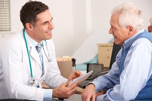 Trong quá trình chẩn đoán viêm phế quản, bác sĩ sẽ hỏi người bệnh một số câu hỏi về tình trạng ho của người bệnh.