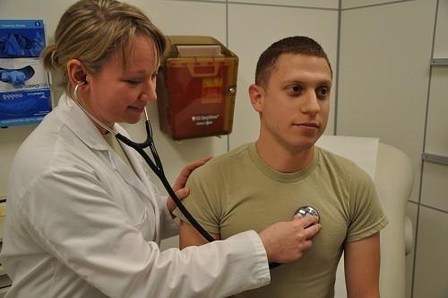 Thông thường bác sĩ sẽ dùng ống nghe để nghe tiếng thở khò khè hay những âm thanh bất thường khác trong phổi của bệnh nhân.