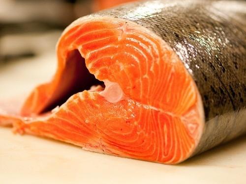 Một số loại cá như cá ngừ, cá bơn và cá hồi là nguồn cung cấp axit béo omega – 3  tự nhiên.