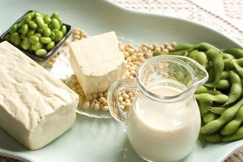 Isoflavone và phystoestrogen có nhiều trong đậu nành và các sản phẩm từ đậu nành như sữa đậu nành, đậu hũ và miso.
