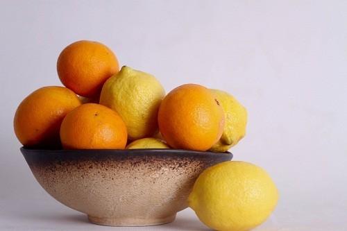 Các chất chống oxy hóa trong thực phẩm giàu vitamin C (như trái cây họ cam quýt) giúp chống lại các gốc tự do làm suy yếu hệ miễn dịch.
