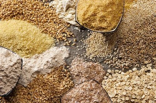 Các loại ngũ cốc như lúa mạch, bột yến mạch và gạo lứt rất giàu chất xơ, có lợi trong việc làm giảm các cơn nóng bừng.