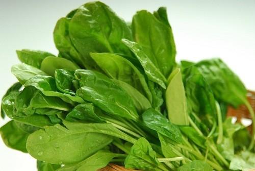 Rau bina hay rau chân vịt rất giàu hàm lượng axit folic, được nhận định là làm giảm các cơn nóng bừng.