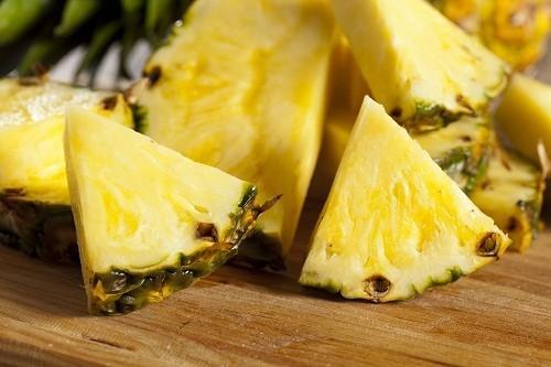 Dứa là loại trái cây rất giàu chất chống oxy hóa vitamin C có thể làm giảm cơn nóng bừng ở một số phụ nữ