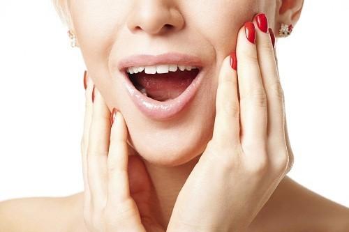 Có tiếng kêu lộp cộp khi há ngậm, đau hàm, không há được miệng là những triệu chứng thường gặp của rối loạn khớp thái dương hàm.