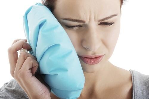 Đầu tiên, bác sĩ sẽ đề nghị thử dùng chườm nóng hoặc chườm lạnh để giảm đau hàm.