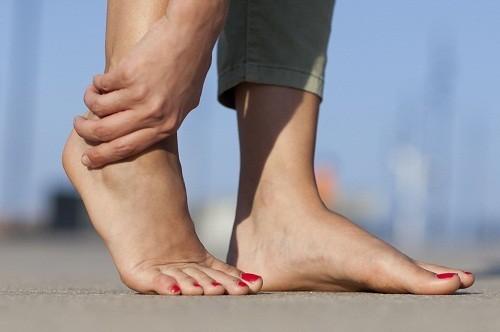 Cơn đau do bệnh gút gây ra rất dữ dội, nhiều bệnh nhân còn mô tả cảm thấy các ngón chân như đang bị cháy hoặc có mảnh thủy tinh, kim ở trong khớp.
