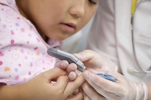 Trẻ em bị tăng đường huyết bắt đầu đi tiểu thường xuyên hơn so với bình thường.