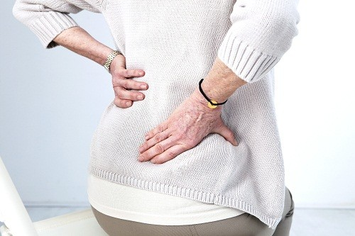 Những thay đổi ở cột sống do lão hóa, chẳng hạn như thoát vị đĩa đệm là nguyên nhân phổ biến của đau thần kinh tọa.