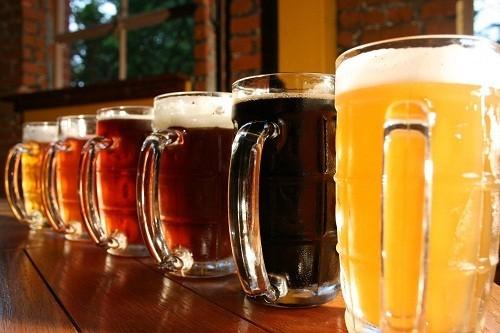 Bia và rượu rất giàu purin có làm tăng acid uric và gây ra các cơn gút.