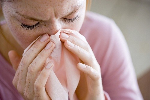 Hen suyễn gây ra các triệu chứng như ho, khò khè, khó thở, nặng ngực tái đi tái lại nhiều lần.