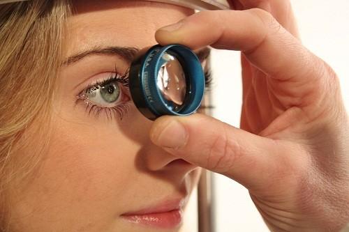 Cách bảo vệ mắt tốt nhất là khám mắt thường xuyên, vài lần trong năm đối với những người trên 40 tuổi hoặc nhiều hơn tùy theo hướng dẫn của bác sĩ.