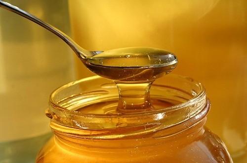 Người lớn có thể sử dụng 2 muỗng cà phê mật ong trước khi ngủ để giảm ho.