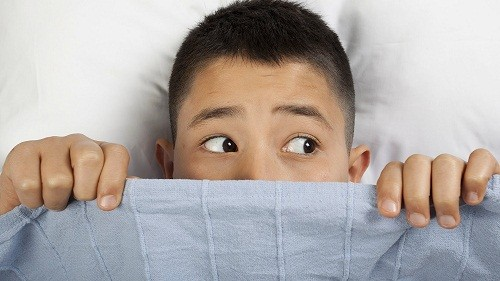 Lo lắng, căng thẳng về việc đi ngủ hoặc làm sao để có thể ngủ là triệu chứng của mất ngủ ở trẻ em.