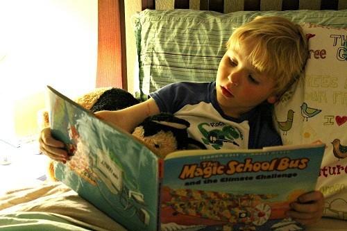 Tập cho trẻ có thói quen tốt trước khi đi ngủ: không đọc sách, làm bài tập về nhà hay xem tivi trên giường.