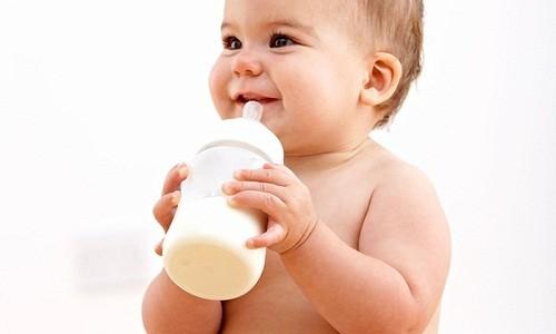 Không nên để cho trẻ có thói quen bú bình và ngậm bình sữa những lúc bé đi ngủ nhất là ban đêm.