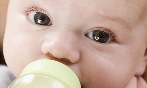 Sâu răng do bú bình khiến trẻ bị đau nhức răng, ăn uống khó khăn.