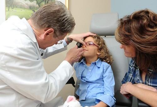 Khám lâm sàng, xét nghiệm máu và chẩn đoán hình ảnh giúp xác định chính xác nguyên nhân gây chảy máu mũi.