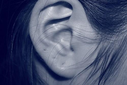 Viêm dây thần kinh tiền đình và viêm mê đạo tai (labyrinthitis) đều gây chóng mặt.