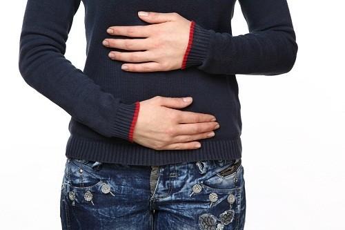 Đau bụng phần trên bên phải (gần gan, mật) là triệu chứng tiêu biểu của bệnh viêm túi mật mạn tính.