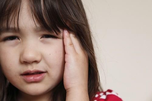 Cơn đau nửa đầu có thể rất nghiêm trọng khiến trẻ phải hạn chế các hoạt động gắng sức.