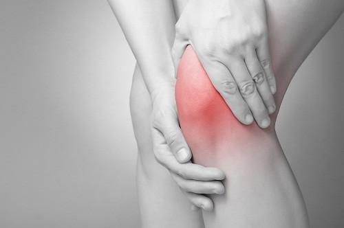 Một trong những nguyên nhân gây đau khớp đột ngột thường gặp là viêm khớp nhiễm khuẩn.
