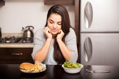 Khi chế độ ăn uống có ít canxi, cơ thể sẽ bắt đầu tác động tới các xương để có đủ lượng canxi cần thiết, góp phần thúc đẩy sự phát triển của chứng loãng xương.