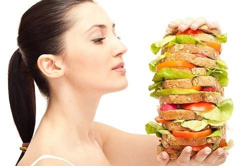 Ăn quá nhiều và ngồi tại chỗ quá lâu sẽ khiến cơ hoành phồng lên hoặc bị kích thích, sau đó co thắt và dẫn đến nấc cụt.