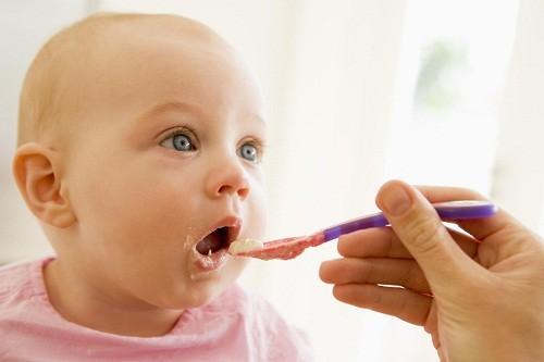 Một nguyên nhân gây nôn ở trẻ em phổ biến khác là chứng trào ngược dạ dày – thực quản