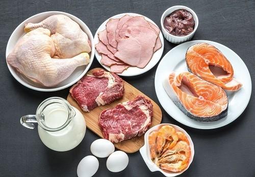 Một chế độ ăn uống thiếu các loại vitamin như vitamin B - 12, folate có thể là nguyên nhân gây thiêu máu.