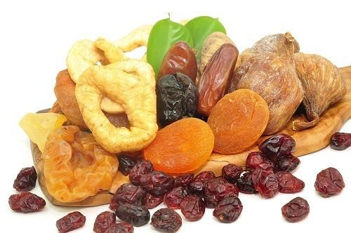 Người bị nổi mề đay không nên ăn các loại trái cây sấy khô như mơ khô, táo khô, nho khô…